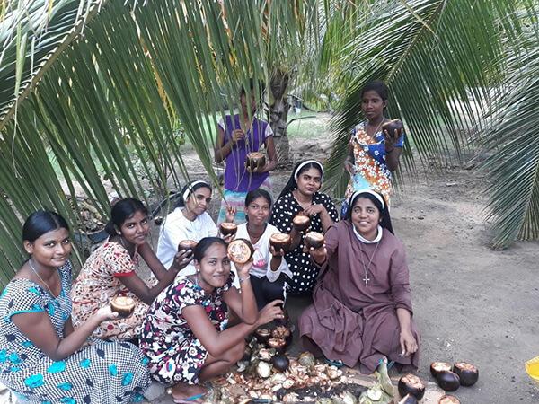 sri lanka girls with coconuts